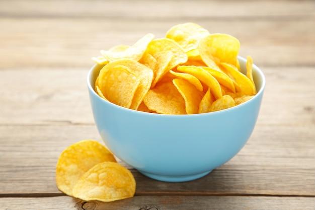 Aardappelchips op een blauwe kom