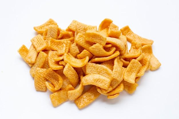 Aardappelchips, snack gecoat in karamel op witte achtergrond.