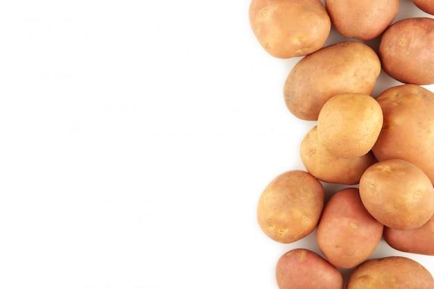 Aardappelen geïsoleerd op een witte achtergrond, bovenaanzicht. kader