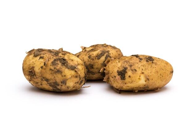 Aardappelen geïsoleerd op witte achtergrond