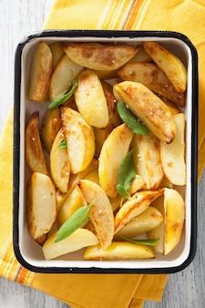Aardappelen in de schil in geëmailleerde ovenschaal