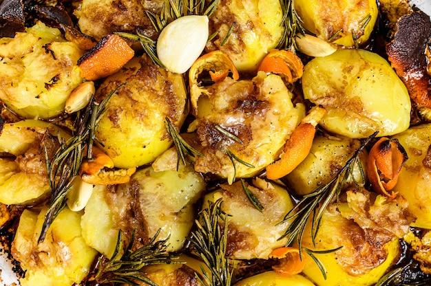 Aardappelen in de schil met kruiden en rozemarijn. bovenaanzicht