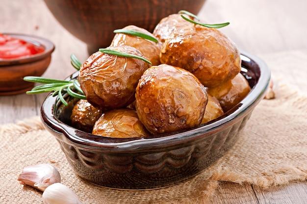 Aardappelen in de schil met rozemarijn