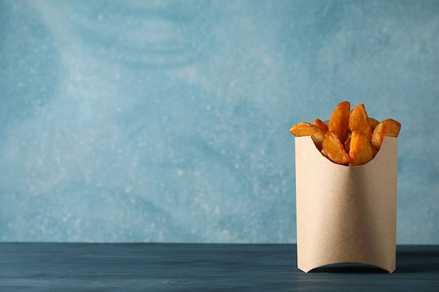 Aardappelen in de schilwiggen in vakje op blauwe lijst aangaande kleur