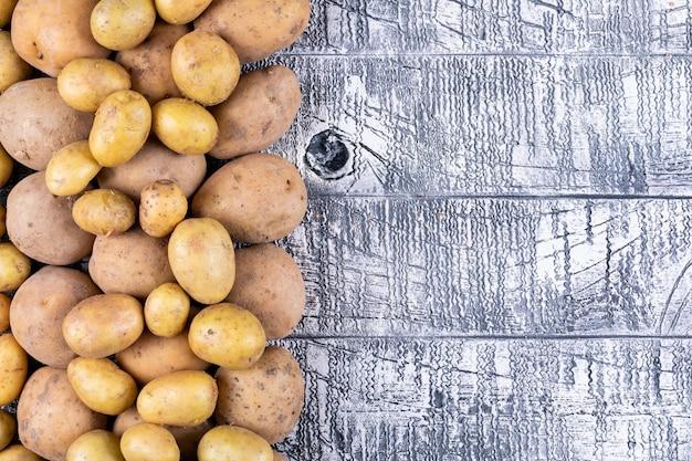 Aardappelen op een grijze houten tafel
