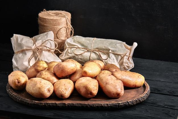 Aardappelen op een houten met milieuvriendelijke verpakking