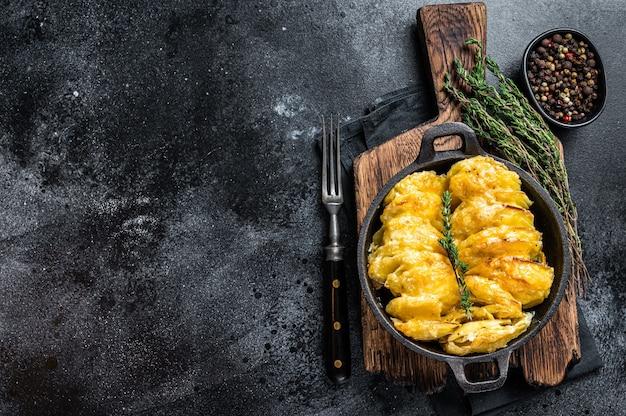 Aardappelgratin dauphinois in een pan. bovenaanzicht.