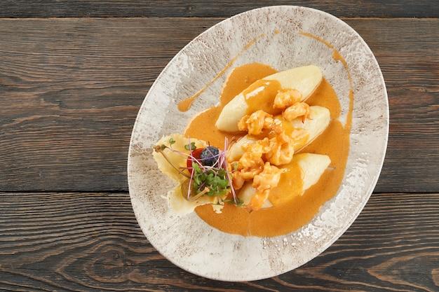 Aardappelkoteletten geserveerd met spruitjes en saus