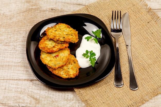 Aardappelpannekoeken met zure room en peterselie