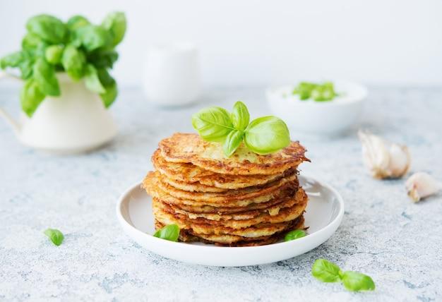 Aardappelpannenkoekjes met verse kruiden en zure room