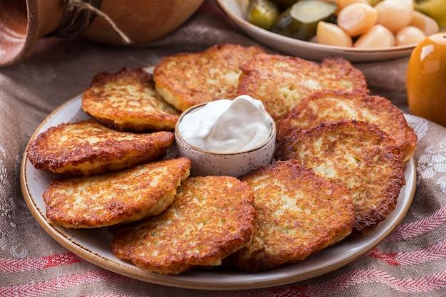 Aardappelpannenkoekjes met zure room. het naitonale gerecht van wit-rusland. draniki. detailopname