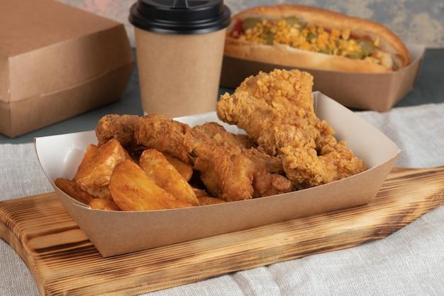 Aardappelpartjes en kippenpapierverpakkingen voor een levering