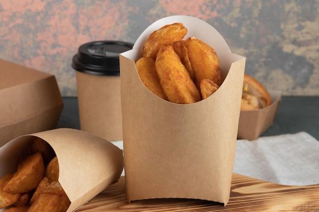 Aardappelpartjes in papieren verpakking voor levering