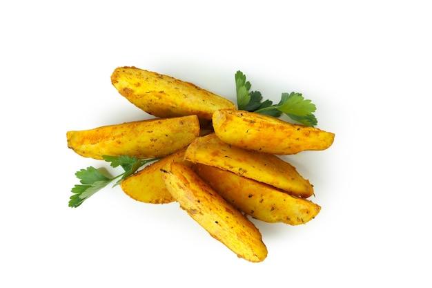 Aardappelpartjes met peterselie op wit wordt geïsoleerd
