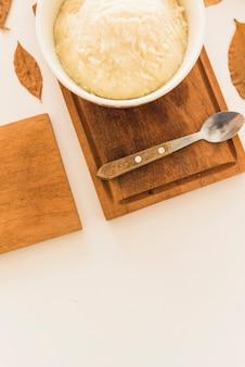 Aardappelpuree in kom op houten raad