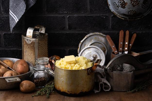 Aardappelpuree in oude vintage pot