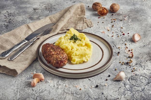 Aardappelpuree met kotelet, lichte achtergrond