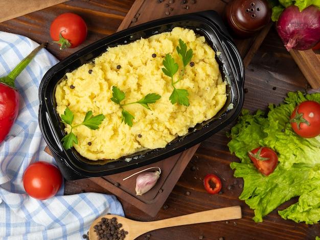 Aardappelpuree met kruiden en verse peterselie-afhaalmaaltijden