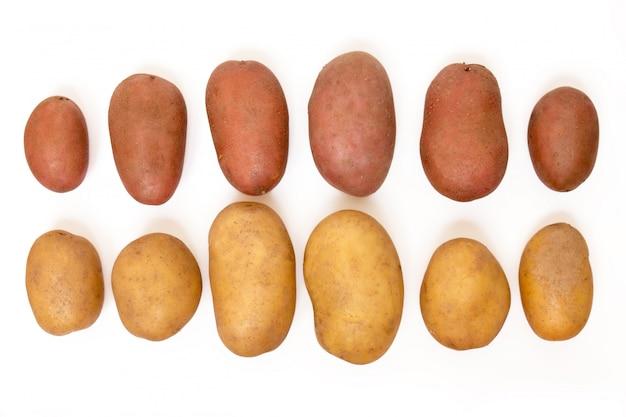 Aardappels die op een witte achtergrond worden geïsoleerd.