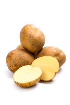 Aardappels die op een witte achtergrond worden geïsoleerd