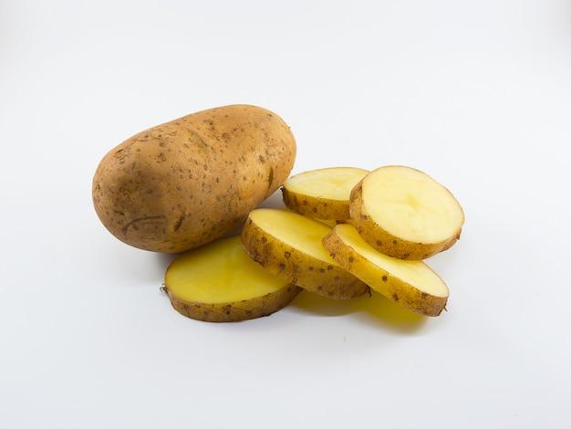Aardappels die op witte achtergrond worden geïsoleerd.