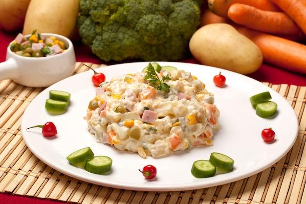 Aardappelsalade met groenten en mayonaise.