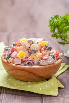 Aardappelsalade met ham, champignons, paprika, olijf- en krabvlees