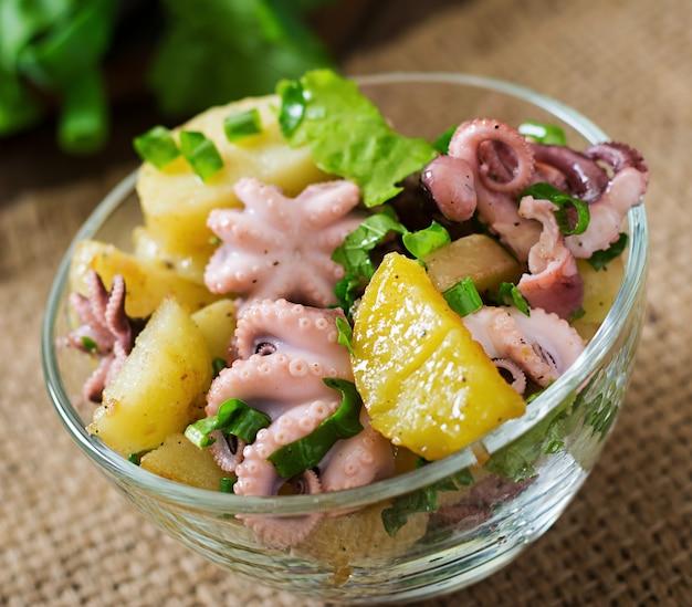 Aardappelsalade met ingelegde octopus en groene uien