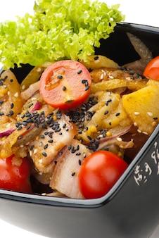 Aardappelsalade met spek en uien op witte achtergrond