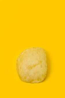 Aardappelschips op een gele achtergrond