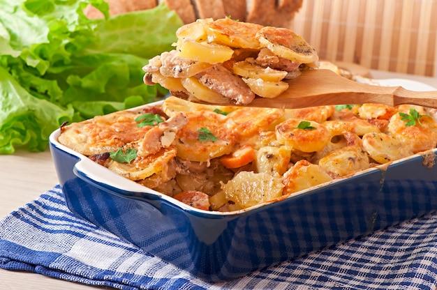 Aardappelschotel met vlees en champignons met kaaskorst