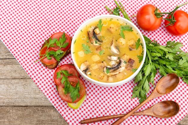 Aardappelsoep met champignons.