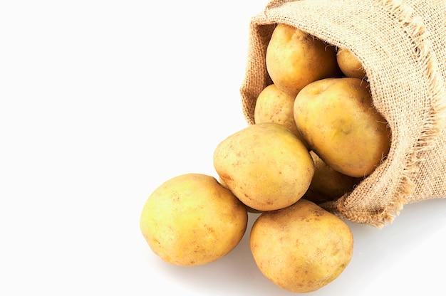 Aardappelzak die over wit wordt geïsoleerd