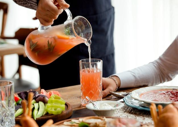 Aardbei basilicum limonade op tafel
