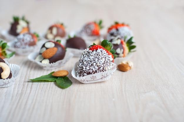 Aardbei bedekt met donkere chocolade, kopieer ruimte