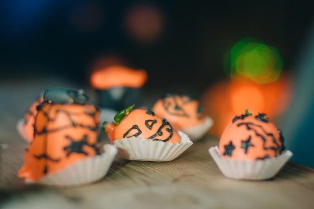Aardbei bedekt met sinaasappelchocolade
