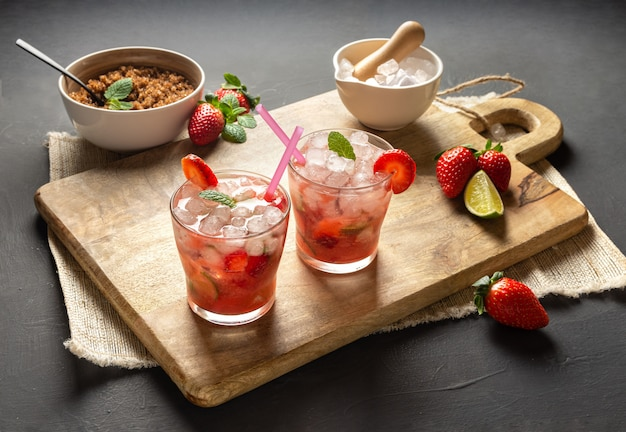 Aardbei caipirinha, limoen, verse munt, bruine suiker en crushed ijs