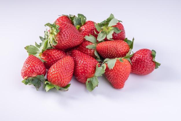 Aardbei close-up. macro opname van verse aardbeien op wit oppervlak.
