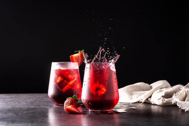 Aardbei cocktail spetteren in een glas