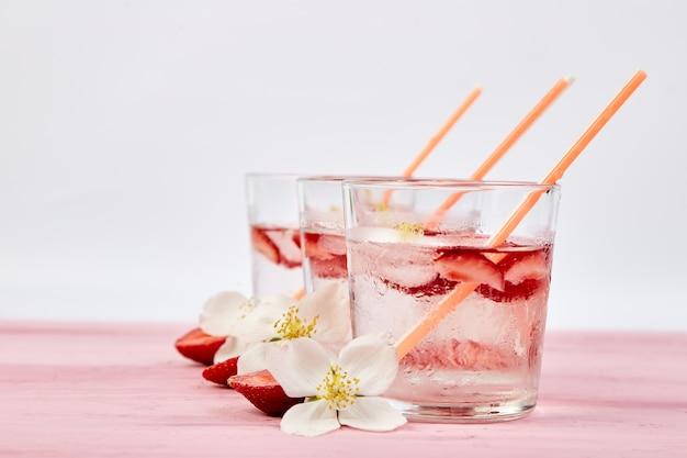 Aardbei detox water met jasmijnbloem