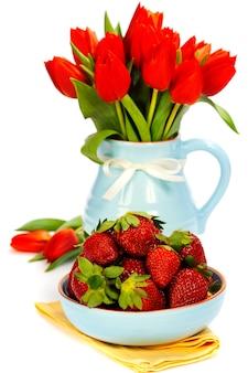 Aardbei en boeketbloemen