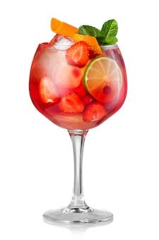 Aardbei fruit alcohol cocktail (mojito) geïsoleerd