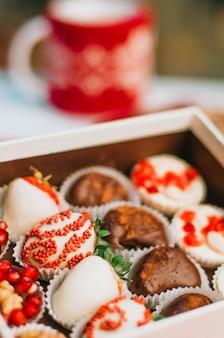 Aardbei in chocolade in de doos op tafel