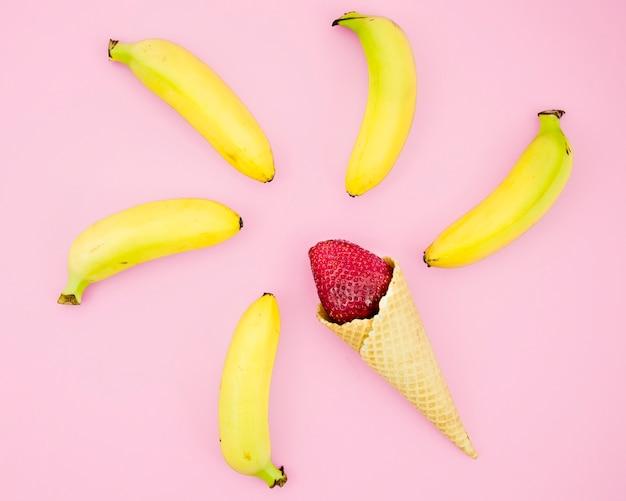 Aardbei in cornet en bananen