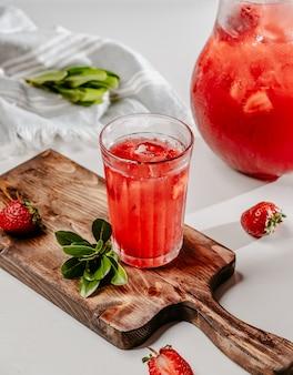 Aardbei limonade op tafel