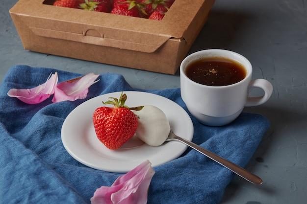 Aardbei met room en koffie americano, vegetarisch eten