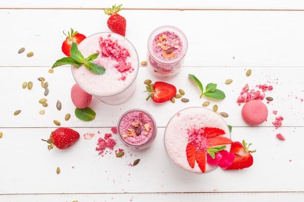 Aardbei met yoghurt op wit rustiek hout