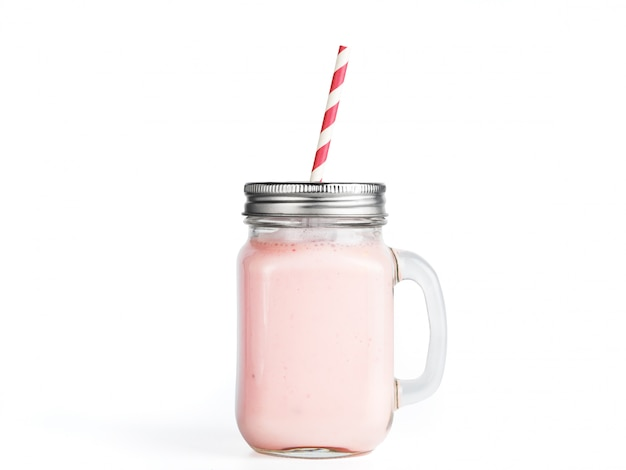Aardbei smoothie in geïsoleerde het glas van de metselaarkruik