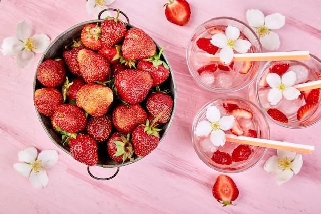 Aardbeien detox water met jasmijnbloemen