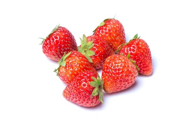 Aardbeien die over witte achtergrond worden geïsoleerd